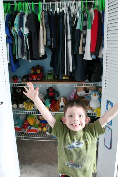 Learn how to teach your kids to clean their rooms with these organizing tips for kids. From organizing kids' toys to kids' bedrooms, these helpful tips will help you teach your kids how to deal with clutter and stay organized!